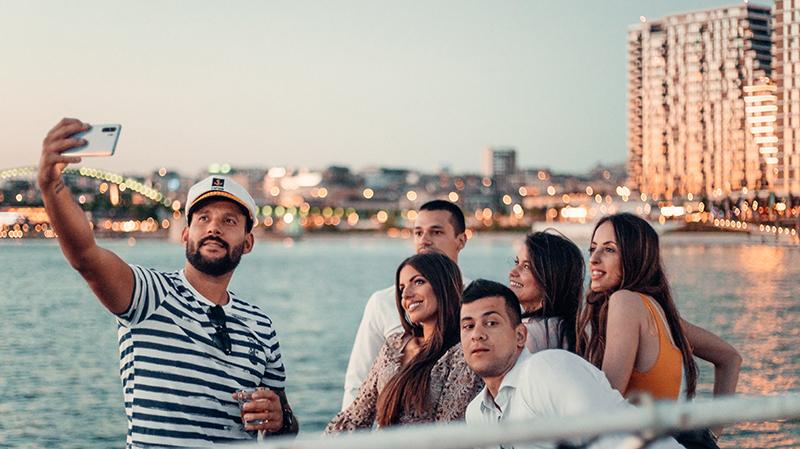 Sunset Cocktail Cruise – kocept hedonističlog opuštanja na reci